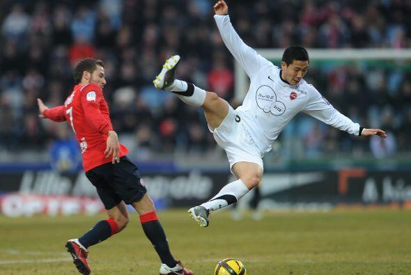 Parece que este futbolista se quita a los rivales sin contemplaciones. N...