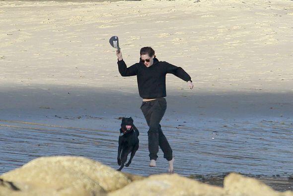 Kristen estaba feliz de la vida corriendo con su mascota.