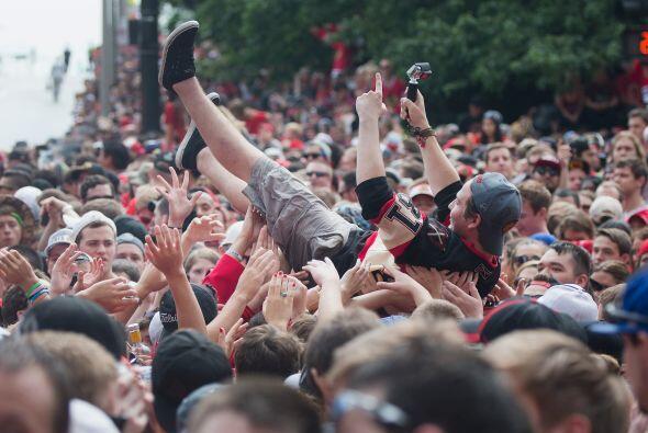 Luego del desfile el río rojo y negro abarrotó el estadio Soldier Field.