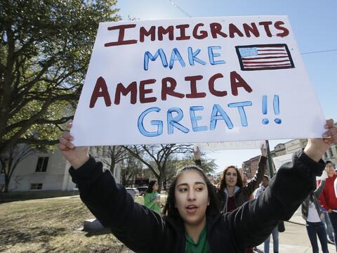 """Una mujer protesta en Sherman, Texas, con un cartel que dice: """"Los inmig..."""