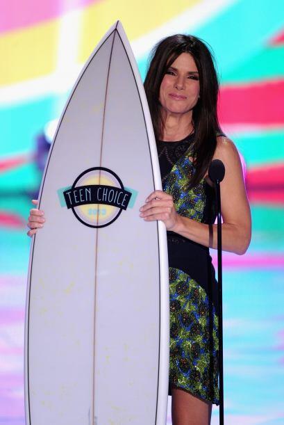Sandra Bullock con su Teen Choice Awards 2013.Mira aquí lo último en chi...