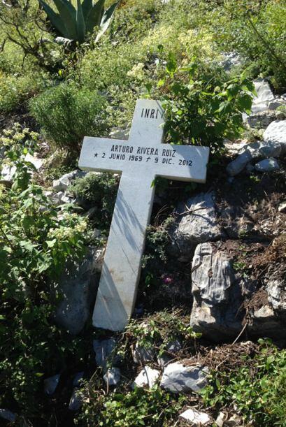 Hay pocos restos ya del accidente y una cruz en honor a Arturo Rivera, p...