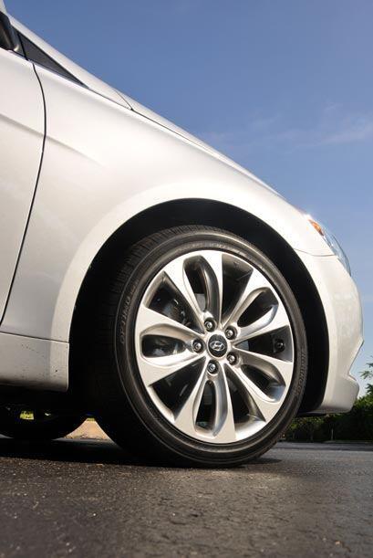 El Hyundai Sonata 2011 está equipado con frenos ABS con Brake Assist y D...