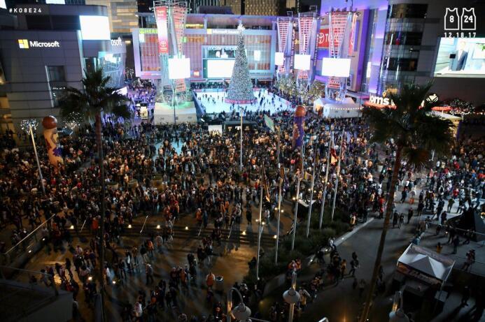 El público se reune desde temprano a las afueras del Staples Center en &...