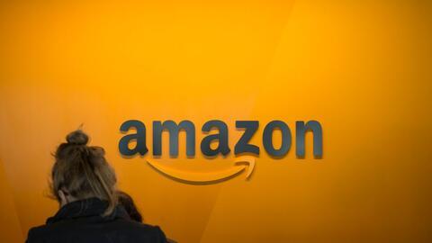 Una visitante se registra en la sede central de Amazon, en Seattle, Wash...