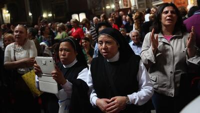 Miles de peregrinos llegan a presenciar la histórica canonización