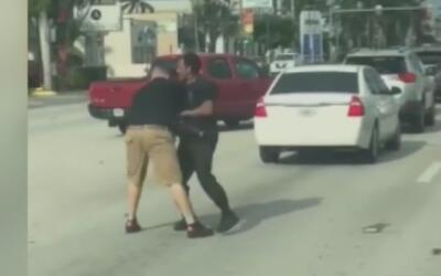 Dos conductores se enfrascan en una brutal pelea en plena vía de Hialeah