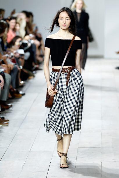 Puedes combinar un 'top bardor' con una 'midi skirt' y unas sandalias.