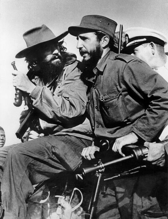 El líder rebelde Fidel Castro y su compañero de guerrilla Camilo Cienfue...