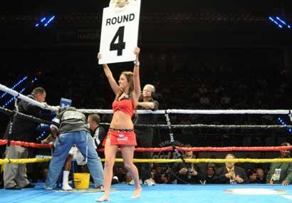 Mientras en la esquina se refrescan los boxeadores, ellas ponen un toque...
