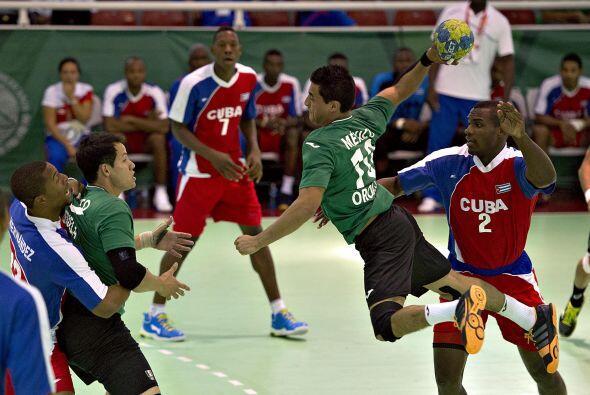 En el duelo por la medalla de bronce del balonmano varonil, el equipo cu...