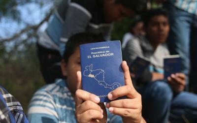Un menor de El Salvador muestra su pasaporte al ser detenido en Roma, Te...