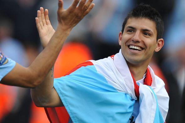 La delantera inicia con el argentino del momento, Sergio Agüero.