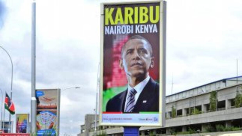 Cartel en el aeropuerto de Nairobi, Kenia, da la bienvenida a Obama.