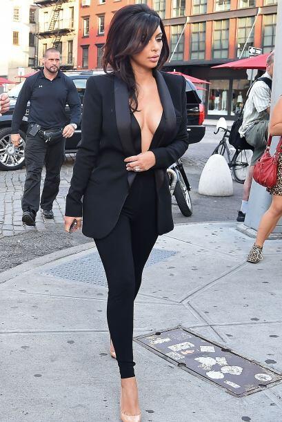 ¡Otra que se puso atrevida fue Kim Kardashian! Ella prefirió dejar algun...
