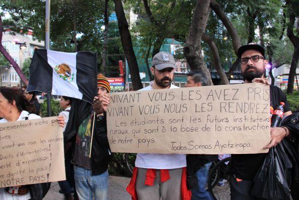Durante la marcha fueron constantes los  carteles con reflexiones y fras...