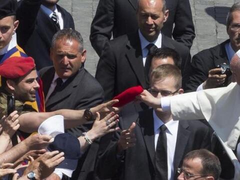 El papa Francisco saluda a los representantes de la Policía milit...