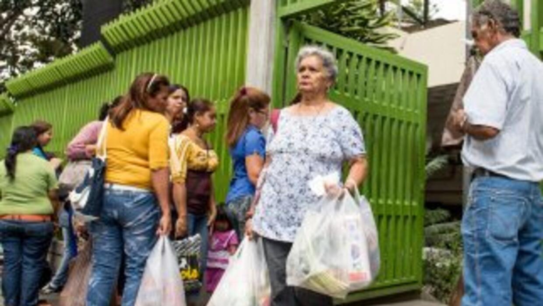 Los venezolanos acudiendo a un centro comercial en Caracas.