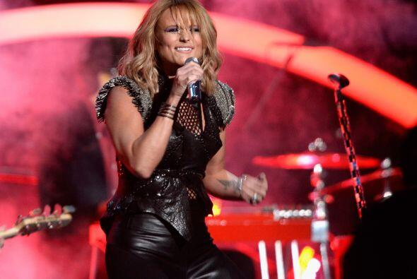 Miranda Lambert cantó un tema de country y a todos contagió con sus ritmos.