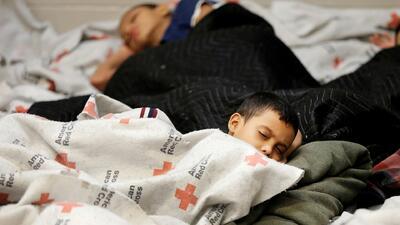 """Tildan de """"atroz"""" la lentitud del gobierno para reunificar a niños menores de 5 años separados en la frontera"""