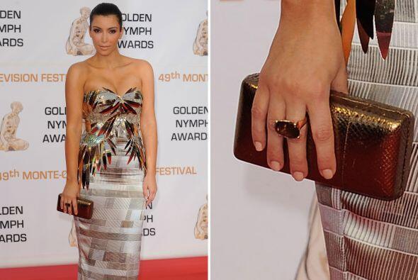 Kardashian sabe perfectamente cómo combinar este accesorio, prueba de el...