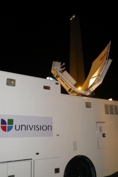 Las gigantes antenas de la unidad móvil permiten que el enlace se produz...