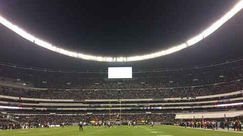 El Estadio Azteca luce lleno para el duelo entre Texans y Raiders.