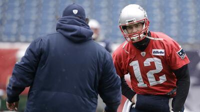 Tom Brady dialoga con el coordinador defensivo de los Patriotas de Nueva...