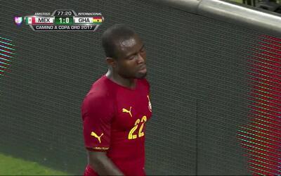 Uyy!! Casi gol. Frank Acheampong patea y da en el arco