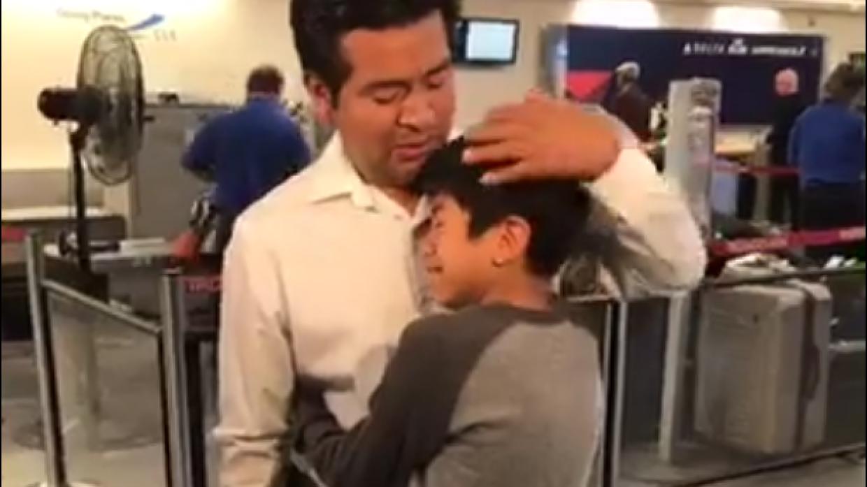 Jesús Lara López, en el aeropuerto, se despide de uno de s...