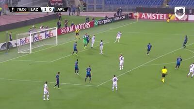 Héctor Yuste Canton despeja el balón y aleja el peligro