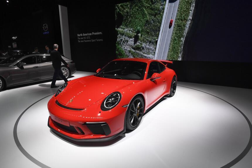 El Porsche 911 GT3 se destaca por un imponente alerón trasero, y amplias...
