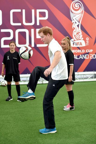 Harry, en su último día de visita oficial a Nueva Zelanda, se puso a jug...