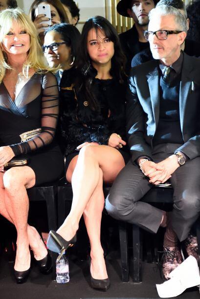 Estuvo muy atenta a las propuestas de Versace para la próxima temporada.