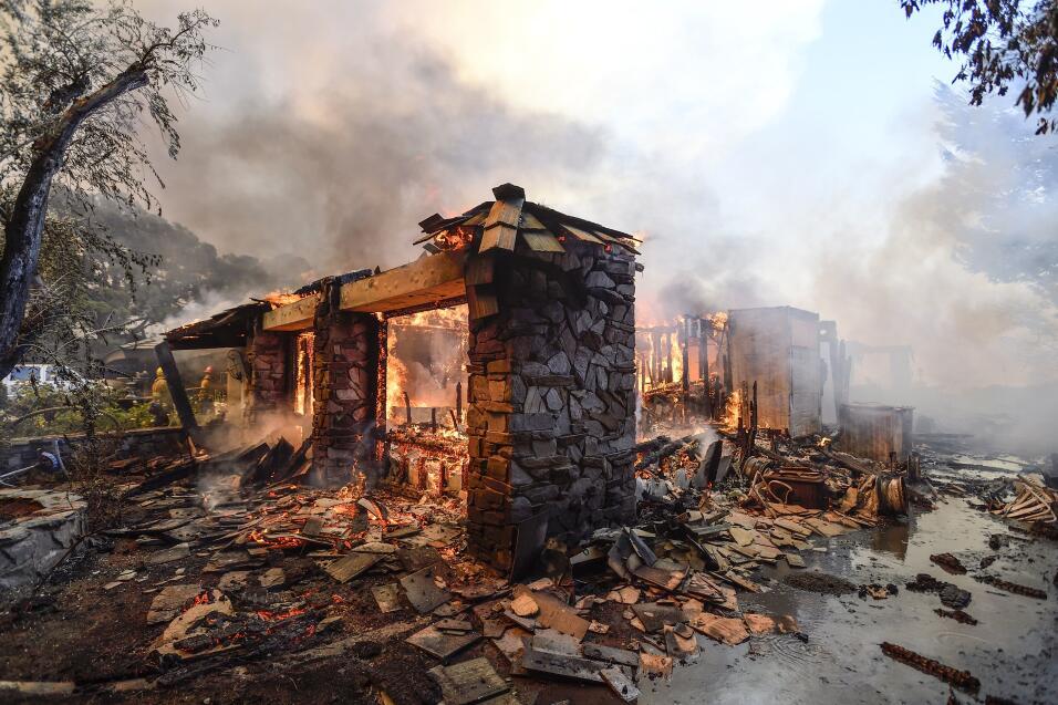 Bomberos en el sur de California trabajan para sofocar las llamas del 'C...