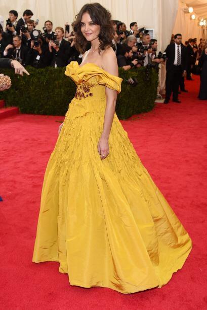 Una buena planchada le habría caído de maravilla al vestido de Katie Hol...