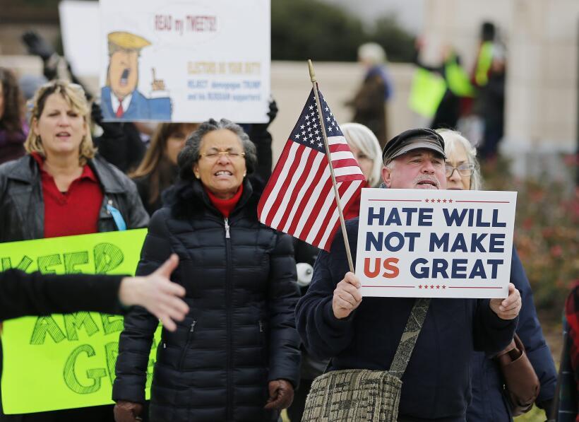 Ciudadanos estadounidenses se manifiestan afuera del Capitolio Estatal d...