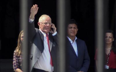 El presidente Pedro Pablo Kuczynski saluda al abandonar este miér...