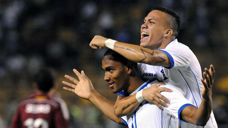 Peralta, a la derecha, celebra tras anotar en un partido contra Venezuela.