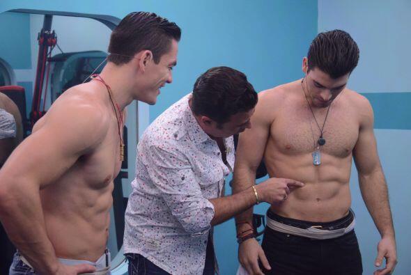 Jonathan y Adrián le enseñaron a Gabriel a mantenerse en forma.
