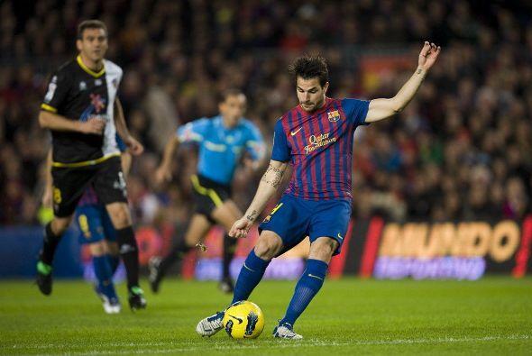 A los 3 minutos del primer tiempo, Fábregas recibió un paso de taco de I...
