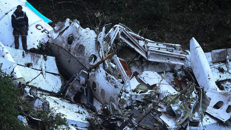 El aparato se estrelló contra una montaña a pocas millas de distancia de...