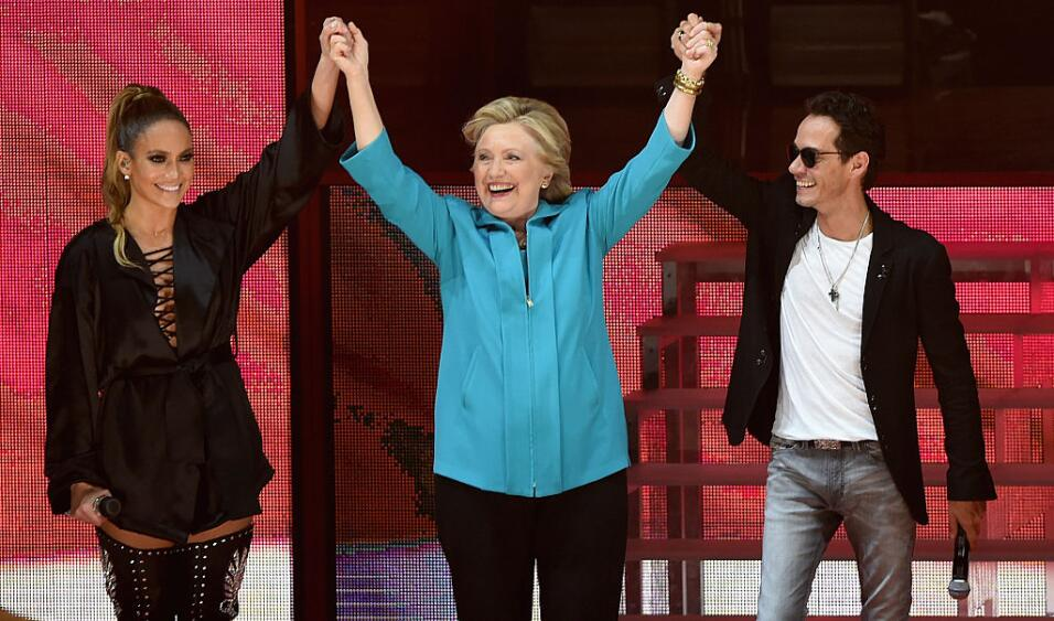 La artista Jennifer Lopez, la candidata presidencial demócrata Hillary C...
