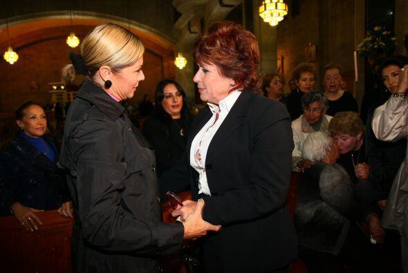 Asistieron famosos como Leticia Calderón, quien le dio el pésame a Laura...