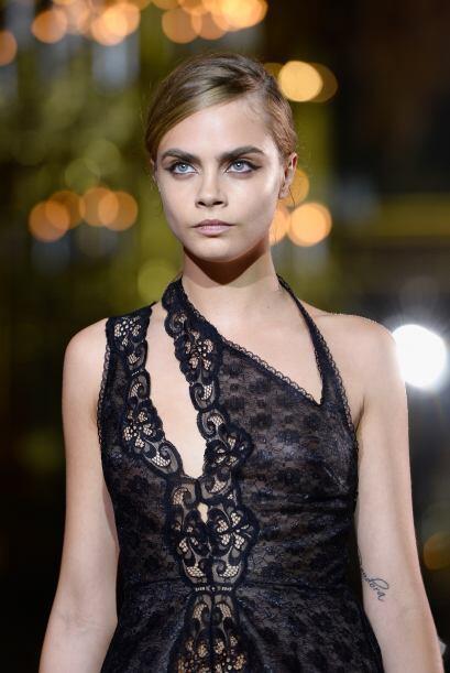 Otra musa de la moda fue nada menos que Cara Delavigne, quien apareció v...