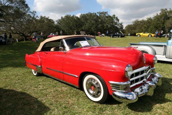 Miren este auto color rojo.  Mira esta gran aventura.