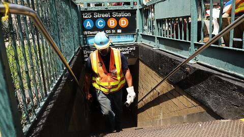 Suspenden sin pago a dos supervisores del metro de Nueva York tras el de...