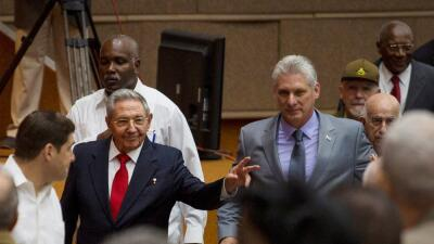 Raúl Castro (i) y Díaz-Canel (d), a su llegada a la Asamblea Nacional en...