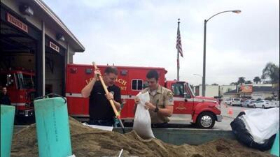 Los bomberos de Longbeach repartieron sacos con arena.