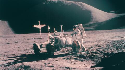 El astronauta James Irwin de la misión Apolo 15 con el buggy lunar  con...